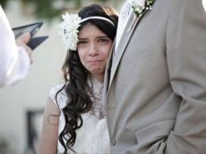 Cô dâu nhỏ Josie ngấn nước mắt bên cha trong lễ cưới của mình. (ảnh: Abcnews)