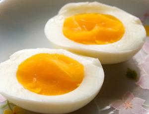 Các nhà khoa học khuyên lượng cholesterol ăn vào không nên quá 300 mg/ngày. Mỗi quá trứng chứa chừng 187 mg cholesterol thì cũng đâu có gì ầm ĩ.