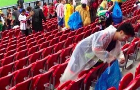 Cổ động viên Nhật gom rác ở khu vực khán đài sau trận đấu