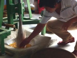 Sợi mì spaghetti Ý ở Sài Gòn chỉ đáng xách dép cho bún bắp. Cái ngọt của bắp tuy đã khô, đã hạ thấp độ ngọt không như lúc mới bẻ, nhưng vẫn còn quý phái lắm.