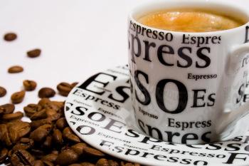 nguyên tắc chính của việc pha càphê theo kiểu espresso là phải cho một dòng nước sôi dưới sức ép cao chảy xuyên qua một lớp càphê vừa nhuyễn thật nhanh, rồi xuyên qua màn lọc xuống tách càphê.