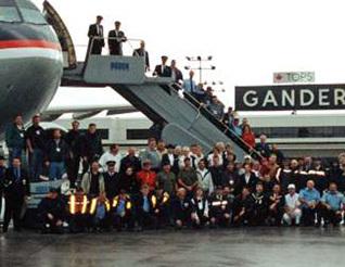 Hành khách và phi hành đoàn trên chuyến bay Delta 15 chụp ảnh lưu niệm tại phi trường Gander