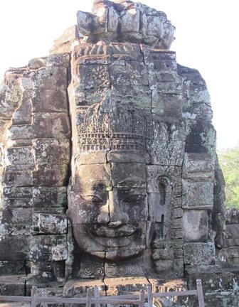 Một trong những tượng thần tại đền Bayon (Angkor) có nụ cười thanh thoát, độ lượng. Ý nghĩa của nụ cười này đến nay vẫn còn là điều bí ẩn. (Ảnh VTT