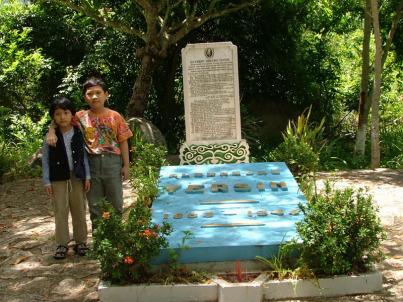 Hai em bé VN trước mộ BS Yersin ở Suối Dầu, cách Nha Trang khoảng 25 km (ảnh chụp năm 2004)