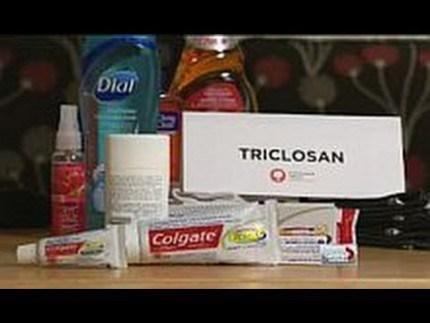 FDA cho rằng triclosan trong kem đánh răng còn có hiệu quả (bảo vệ nướu), nhưng triclosan trong xà bông khử khuẩn hay nước tắm thì không đủ bằng chứng để cho thấy chất này có lợi ích về mặt sát khuẩn.