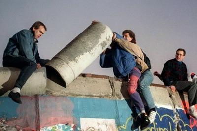 Dân Berlin tháo bỏ một mảng bức tường ngày 16/11/1989. Phải mất 4 năm để phá bỏ đa phần công trình ngăn cách Đông-Tây – AFP