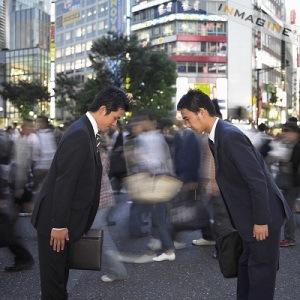 Hai người Nhật chào nhau