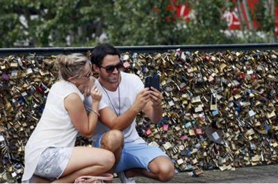 Có quá nhiều ổ khóa của những người yêu nhau móc vào Cầu Nghệ thuật (Pont des Arts), móc chồng lên nhau, làm cho tình trạng an toàn của cầu không còn được bảo đảm.