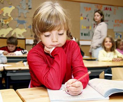 Học sinh Phần Lan 7 tuổi mới đi học, và học chỉ 30 giờ mỗi tuần – kể cả bài tập về nhà. Trong khi đó học sinh Hàn Quốc học 50 giờ/tuần, vậy mà làm trắc nghiệm PISA vẫn thua học sinh Phần Lan.