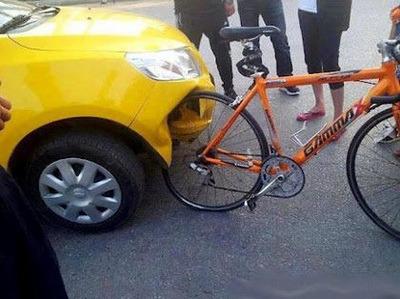 Hình xe ô tô sản xuất của Trung Quốc bị móp đầu khi va chạm với xe đạp của Đức (hình minh họa)