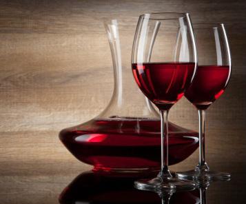 Uống rượu với ly pha lê thì không sao, nhưng đựng rượu trong bình pha lê năm này tháng nọ, thì chì sẽ thôi vào trong rượu