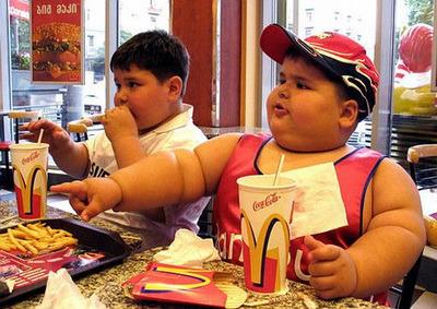 Tổ chức WHO khuyến cáo, cần thắt chặt hơn nữa đối với quảng cáo fast food, nhất là quảng cáo nhắm vào trẻ em.