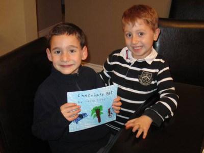 Dylan Siegel (trái) với bạn Jonah
