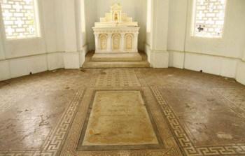 Mộ Trương Vĩnh Ký ở giữa và vợ con hai bên là ba phiến đá lát phẳng với nền nhà mồ – Ảnh: Q.V.