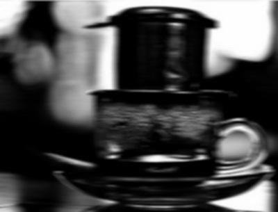 Cà phê nhỏ giọt. Giọt có buồn không? Mờ quá không thấy giọt, nhưng nỗi buồn thì thấy.