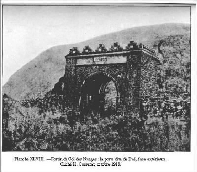 Hải Vân Quan, cổng phía Bắc (nhìn ra Huế) với bảng đề Thiên hạ đệ nhất hùng quan