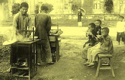 Từ một hàng phở gánh tại Hà Nội, phở phát triễn mạnh mẽ tại miền Nam. Từ tô phở Bắc hành lá, rau thơm, đến tô xe lửa, tương đen, giá chần, húng quế, ngò gai, bao nhiêu quán hàng phở đã đua nhau mọc trên đường phố Sài Thành