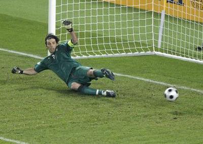 Nếu đứng yên, thay vì nhảy qua trái hay nhảy qua phải, thủ môn có xác suất cao nhất chụp được banh.