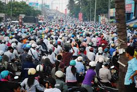 Đường phố lúc nào cũng ngột ngạt xe cộ, toàn xe gắn máy;  cao điểm và thấp điểm chỉ một mười một tám.