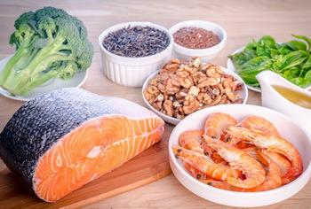 Hải sản (cua, ghẹ, mực, bạch tuộc,..), cá biển, cá tra và dầu đậu nành, dầu cải là nguồn omega-3 tự nhiên (3). Tiêu thụ omega-3 từ thực phẩm chắc chắn là tốt hơn từ những viên omega-3, vì thực phẩm cung cấp thêm các chất bổ dưỡng khác, protein, vitamin, khoáng chất,…