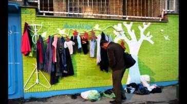 Bức tường của sự tử tế ở Iran, nơi người ta treo những bộ đồ cho người không nhà mặc ấm mùa đông. Ảnh: TL