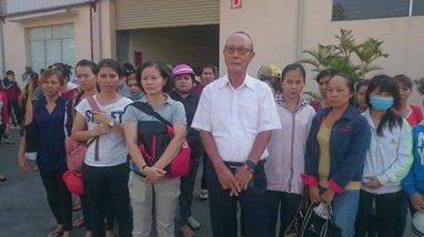 Ông Tango Horasuke - 77 tuổi, đứng cùng công nhân của mình. Hơn 250 công nhân của ông đều là người nghèo, sức khỏe yếu nên chọn công việc làm kẹo thủ công cùng ông chủ Nhật