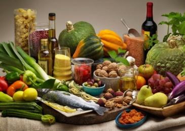 Chế dộ dinh dưỡng Địa Trung Hải với nhiều trái cây, rau cải, ngũ cốc, đậu, cá, dầu olive, bơ thực vật làm bằng dầu canola, và cả rượu vang nữa