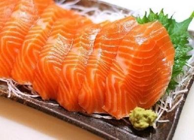 Chất màu carortenoids có nhiều trong các loại tôm nhỏ ở biển. Cá hồi ăn loại tôm này nên thịt có màu đỏ cam