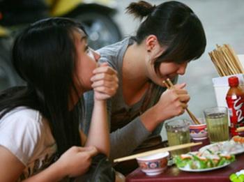 Thức ăn vỉa hè là kiểu văn hóa ẩm thực mà nhà hàng de luxe không thay thế được. Tây cũng thế, mà ta cũng vậy.